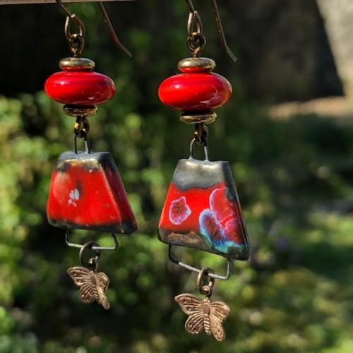 Boucles d'oreilles composées de pendentifs artisanaux en céramique et de perles Lampwork. Papillons et crochets d'oreilles en laiton. Pièces uniques.