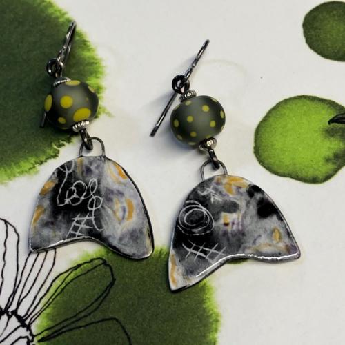 Boucles d'oreilles composées de pendentifs artisanaux en porcelaine émaillée et de perles lampwork. Crochets d'oreilles en niobium. Pièces uniques.