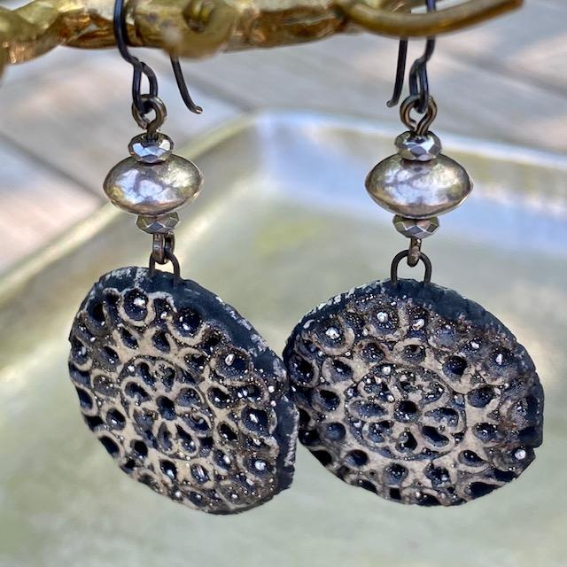 Boucles d'oreilles composées de pendentifs artisanaux en céramique et de perles en Argent Thaï Karen. Crochets d'oreille en niobium. Pièces uniques.