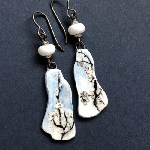 Boucles composées de pendentifs artisanaux en porcelaine émaillée (peints à la main) et de perles lampwork. Crochets d'oreilles en niobium. Pièces uniques.
