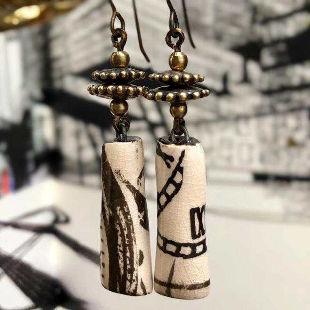 boucles d'oreilles se composent de superbes pendentifs artisanaux en céramique associés à de jolies perles artisanales en bronze
