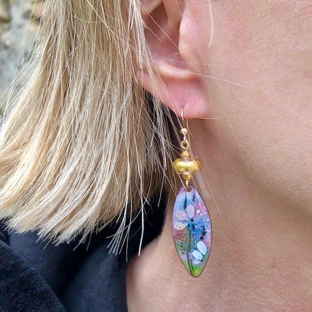Boucles d'oreilles composées de pendentifs artisanaux en cuivre émaillé et de perles lampwork. Crochets d'oreilles en vermeil. Pièces uniques.