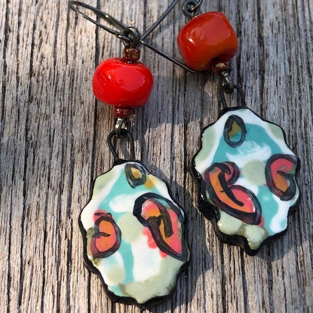 Boucles d'oreilles composées de pendentifs artisanaux en céramique et de perles lampwork. Crochets d'oreilles en laiton. Pièces uniques.