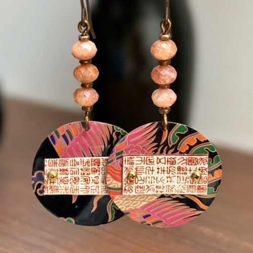 Boucles d'oreilles composées de pendentifs artisanaux en métal et de perles en pierre de soleil. Crochets d'oreilles en laiton. Pièces uniques.