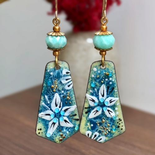 Boucles d'oreilles composées de pendentifs artisanaux en cuivre émaillé et de perles en amazonite. Crochets d'oreilles en vermeil. Pièces uniques.