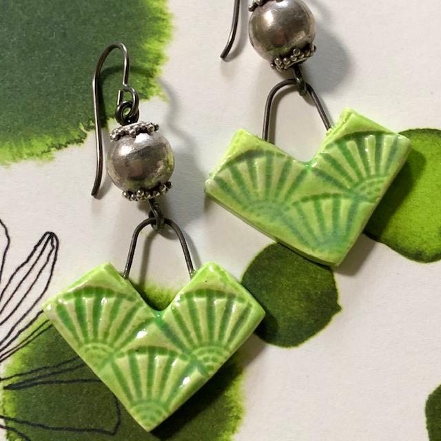 Boucles d'oreilles composées de pendentifs artisanaux en céramique et de perles en argent Thaï Karen. Crochets d'oreilles en niobium. Pièces uniques.