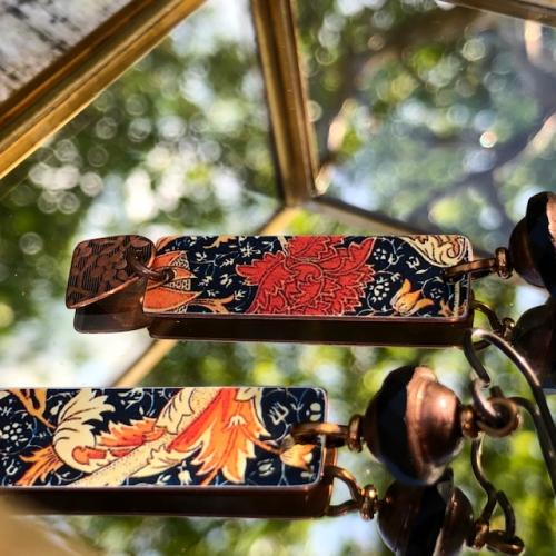 boucles d'oreilles se composent de pendentifs artisanaux en cuivre illustré et de perles en verre de Bohême. Crochets d'oreilles en niobium