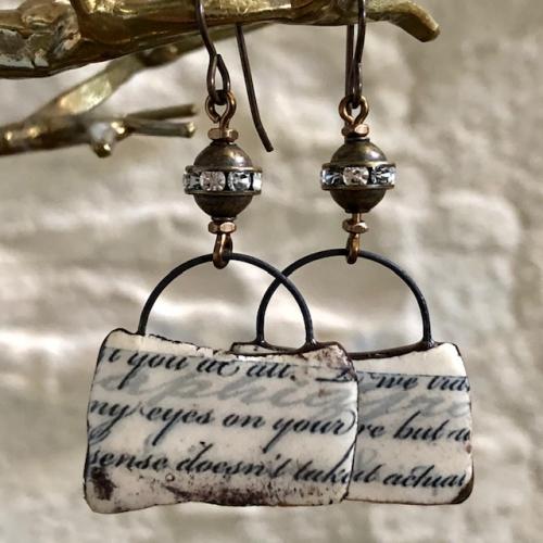 Boucles d'oreilles composées de pendentifs artisanaux en céramique et de perles en laiton ornées de strass. Crochets d'oreilles en laiton. Pièces uniques.