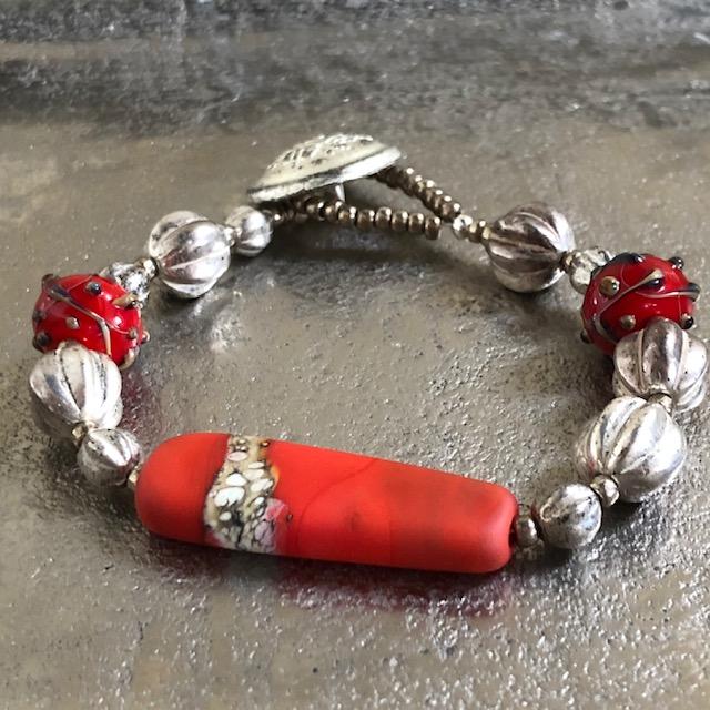 Bracelet composé de perles artisanales en verre filé au chalumeau, de jolies perles en verre tchèque et de perles de rocaille japonaises. Pièce unique.