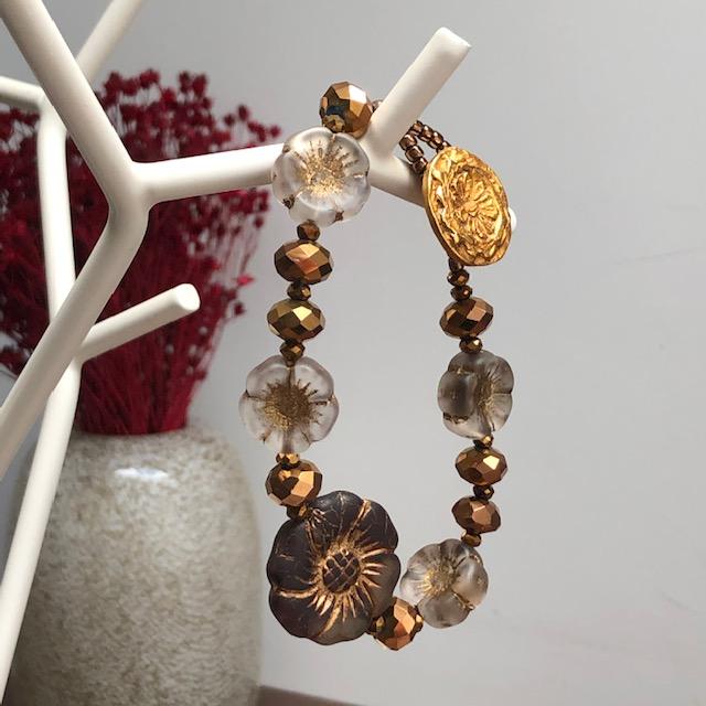 Bracelet floral composé de perles en verre tchèque, de perles de rocaille japonaises et d'un bouton en laiton doré.