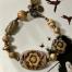 Bracelet composé de perles artisanales en céramique, de perles africaines en laiton et de perles vintage en lucite. Pièce unique.