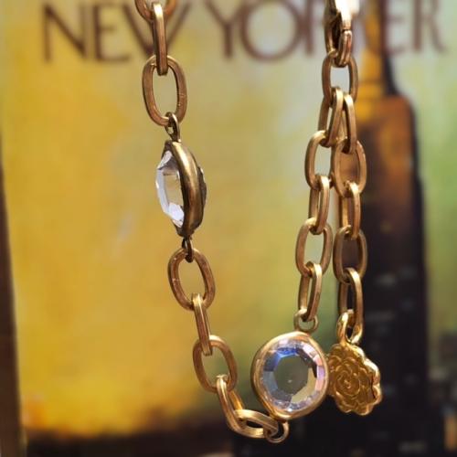 Bracelet composé d'une belle chaîne en laiton agrémentée de connecteurs en cristal et d'une breloque en vermeil Thaï Karen.