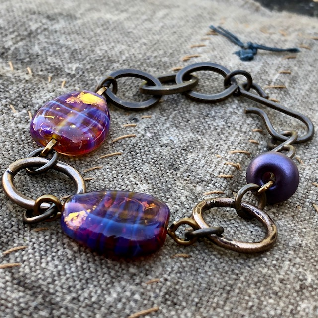 Bracelet composé de perles artisanales Lampwork. Chaîne et anneaux en laiton (sans nickel, sans plomb). Pièce unique.
