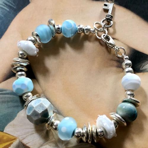 Bracelet composé de perles de créateurs en verre filé au chalumeau et en céramique. Fermoir en argent. Pièce unique.
