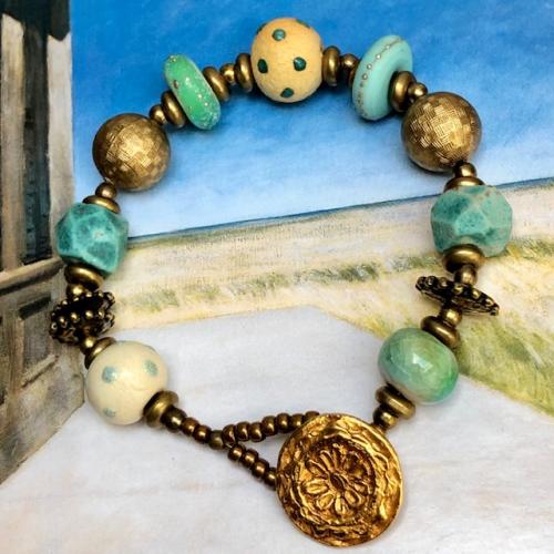Bracelet composé de perles de créateurs en céramique, en verre filé au chalumeau, en bronze et de perles de rocaille japonaises. Pièce unique.