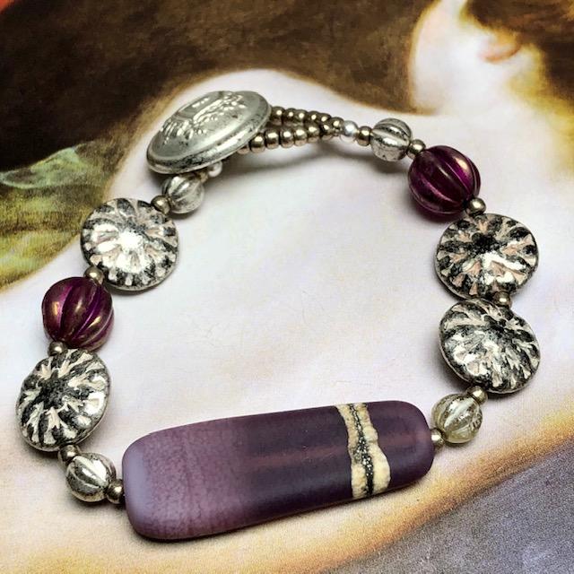 Bracelet est composé d'une perle lampwork, de perles en verre tchèque et de perles de rocaille japonaises. Pièce unique.