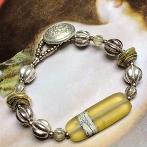Bracelet composé de magnifiques perles lampwork, de perles tchèques et de perles de rocaille japonaises. Pièce unique.