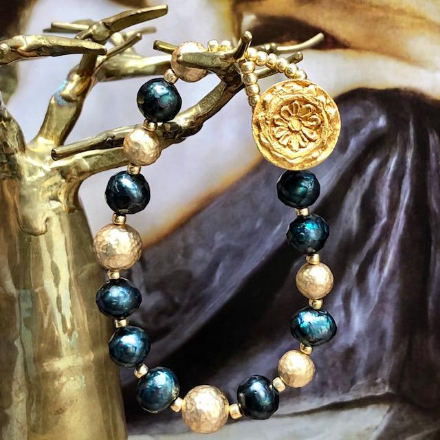 Bracelet composé de perles d'eau douce facettées turquoise, de perles en laiton martelé et de perles de rocaille japonaises.