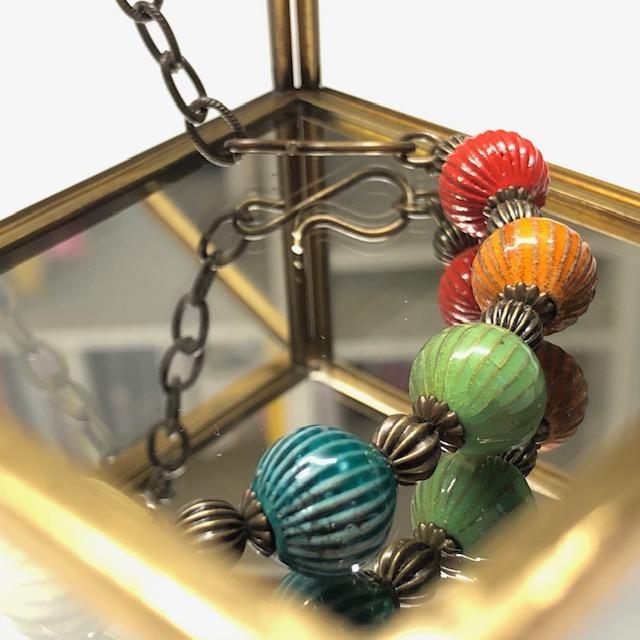 Collier (ras-de-cou) multicolore composé de perles artisanales en laiton émaillé et d'une belle chaîne en laiton. Collier vintage.