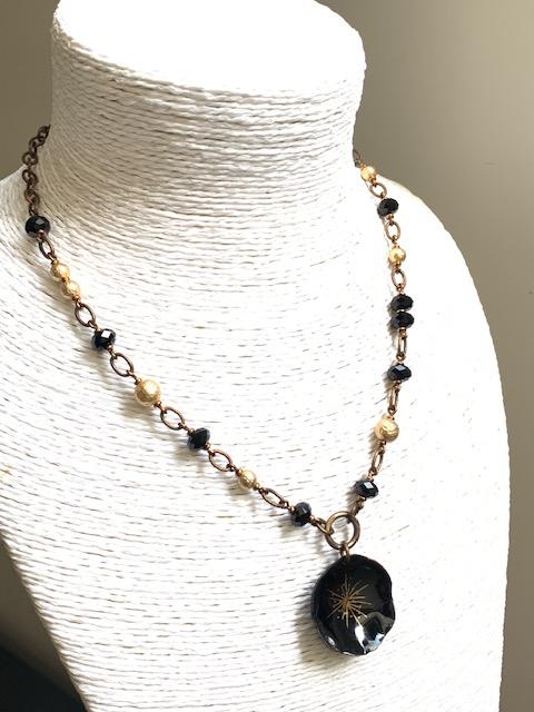 Collier composé d'un pendentif artisanal en cuivre émaillé, de perles en cristal Swarovski et de perles en laiton dorées. Chaîne en laiton. Pièce unique.