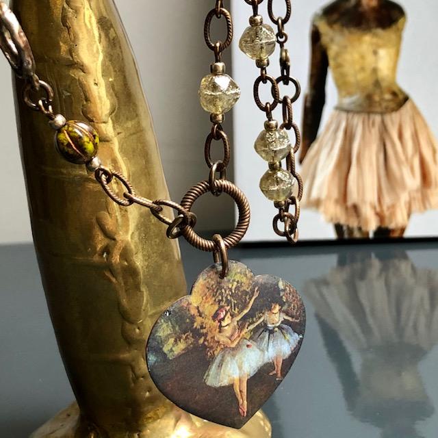 Collier composé d'un pendentif artisanal en cuivre émaillé, d'un connecteur en bronze et de perles en verre tchèque. Chaîne en laiton. Pièce unique.