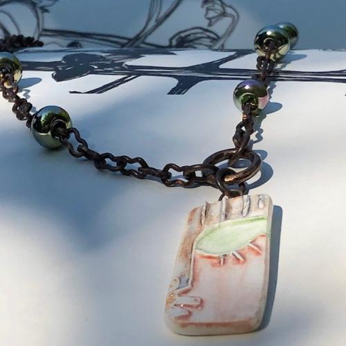 Collier composé d'un pendentif artisanal en céramique et de petites perles Lampwork. Chaîne artisanale en laiton. Pièce unique.
