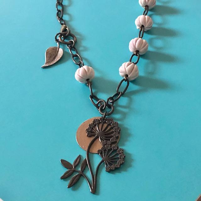 Collier composé d'un pendentif en laiton en forme de fleur et de perles artisanales en céramique rose pâle. Composants en laiton. Pièce unique.