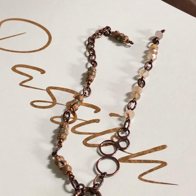 Sautoir composé d'un pendentif en cuivre émaillé, de perles en quartz rutile et de perles de rocaille japonaises. Chaîne en laiton. Pièce unique.