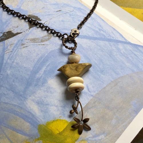 Sautoir composé d'un pendentif artisanal en pâte polymère et de perles Lampwork. Breloque et chaîne en laiton. Pièce unique.